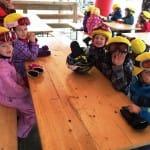 Gyerekek sárga sisakhuzatban