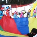 Gyerekek színes sisakhuzatban