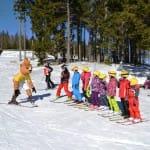 Mókus és gyerekek sárga sisakhuzatban