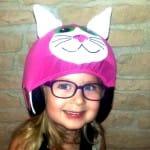 Mosolygó kislány rózsaszín cica sisakhuzatban