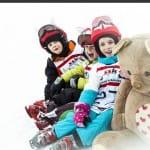 Nevető gyerekek piros kisróka sisakhuzatban