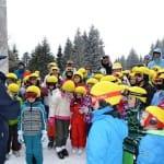 Sok kisgyerek sárga sisakhuzatban