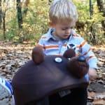 Szőke kisfiú teddy maci sisakhuzattal