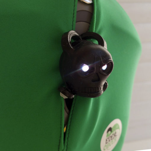 LED lámpa világít zöld sisakon